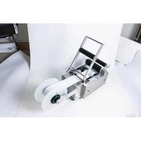 Címkézőgép hengeres termékekhez, átlátszó címkéhez is